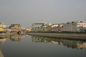 Москва. Вид с Лужкова моста на Болотную и Кадашевскую набережную