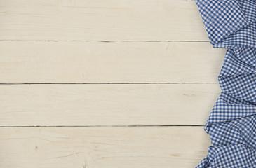 Karierte Tischdecke blau weiß auf Holztisch
