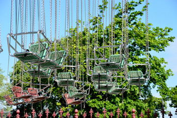 Sitze aus Edelstahl am Kettenkarussell