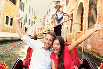 Wall Mural - Tourists on travel happy couple in Venice gondola