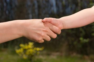einem Kind die Hand reichen