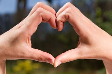 ein Symbol der Liebe aus Händen geformt