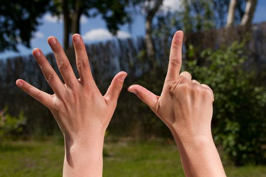 Finger zeigen eine Zahl sieben