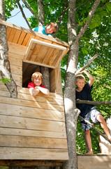 Gruppe Kinder im Baumhaus