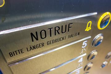 Notruf, Knopf im Fahrstuhl