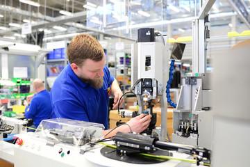 Industriearbeiter stellt Maschine in HiTech Fabrik ein