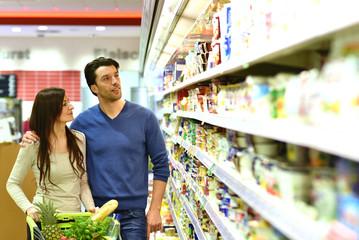 junges Paar kauft Essen im Supermarkt ein // shopping