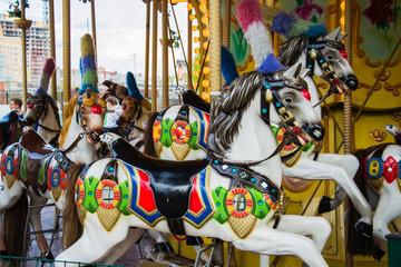 карусель с цветными лошадями в парке культуры и отдыха