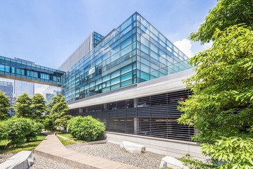 Fototapete - modern building and green footpath