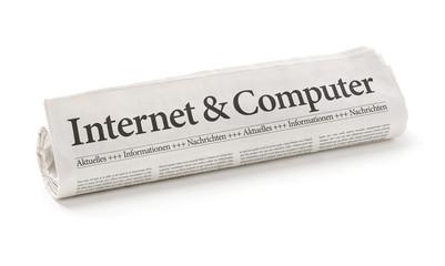 Zeitungsrolle mit der Überschrift Internet und Computer