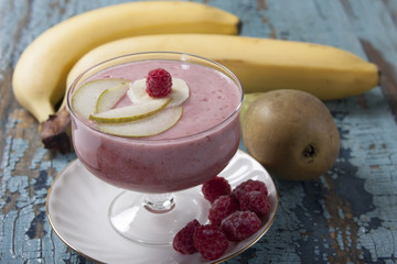 Smoothies of pear, banana and frozen raspberries with yogurt.
