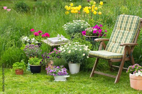 idyllischer sitzplatz im garten entspannen im eigenen garten stockfotos und lizenzfreie. Black Bedroom Furniture Sets. Home Design Ideas