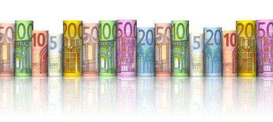 Reihe aus gerollten Euroscheinen