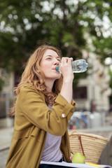 frau macht eine pause und trinkt wasser
