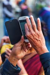 älterer Mann fotografiert mit seinem Smartphone