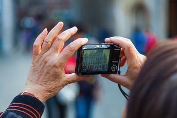 Frau fotografiert mit einer Kompaktkamera