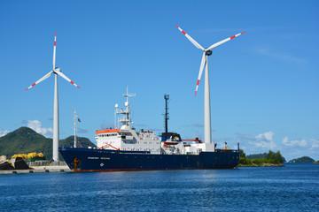 Windräder im Hafen von Mahe, Seychellen