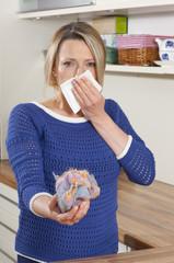 Frau mit Taschentuch und Milbenallergie