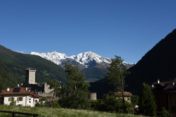 paese di montagna con castello