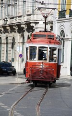 Rote Straßenbahn in Fahrt