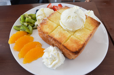 honey toast with icescream