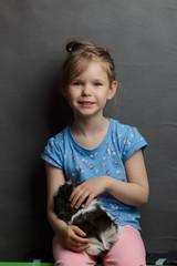 Fototapeta Mała dziewczynka ze świnką morską obraz