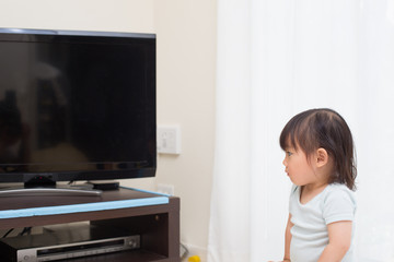 テレビを観る幼児