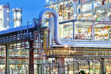 Industrieanlage - Chemiewerk bei Nacht // chemical plant