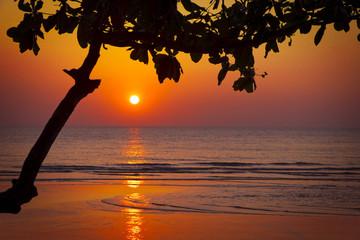 Solnedgång vid havet.