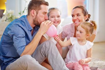 Familie mit zwei Kindern bereitet Geburtstag vor