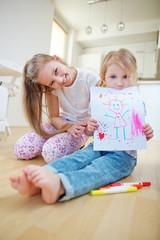 Mädchen zeigt gemaltes Bild auf Papier