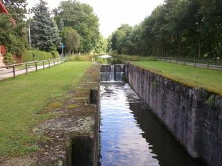 idyllischer Kanal an einem Wehr