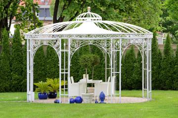 Weißer Gartenpavillon