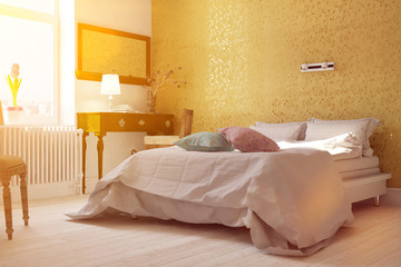 Sonniges Schlafzimmer mit Doppelbett im Sommer