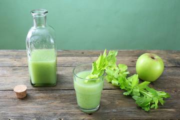 frullato sedano e mela sfondo verde
