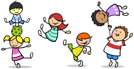 Glückliche Kinder turnen und springen