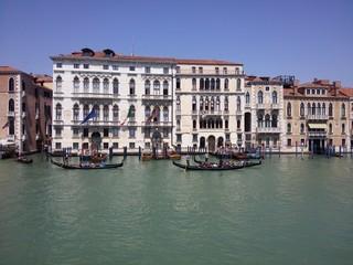 Palazzi Venezia con gondole