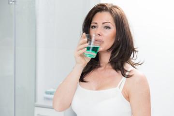 Frau im Bad - Mundhygiene