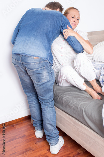 krankenpfleger hilft frau beim aufstehen fotos de archivo e im genes libres de derechos en. Black Bedroom Furniture Sets. Home Design Ideas