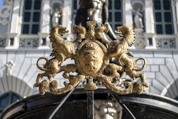Godło miasta Gdańsk przy fontannie Neptuna