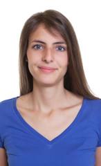 Passfoto einer lächelnden Frau mit langen dunklen Haaren