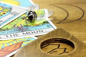 Tarotkarte THE MOON mit Pendel auf Ouija