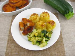 Herzoginkartoffeln mit Hähnchennuggets und gebratener Zucchini