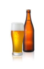 ビール/グラスビールと茶色の瓶ビール、水滴が付いていて冷たさを演出しています。