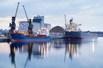 Rozładunek statków w porcie