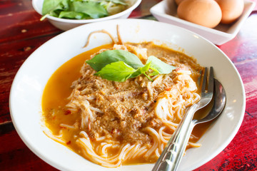 Kanom jeen namya (white noodles with fish curry sauce).