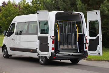 dertentransporter mit Lift für Rollstühle