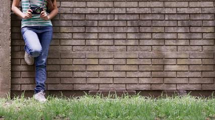mujer sobre la pared