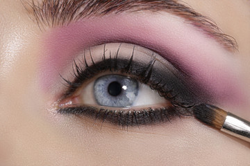 Autocollant pour porte Beauty Close up on eyes , making colorful eyeshadows and eyeliner