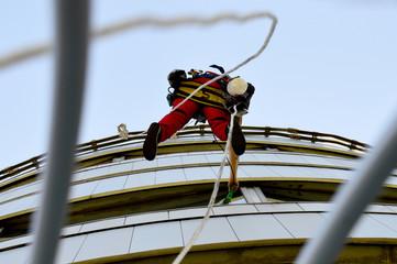 Industriekletterer beim Fenster putzen am Donauturm